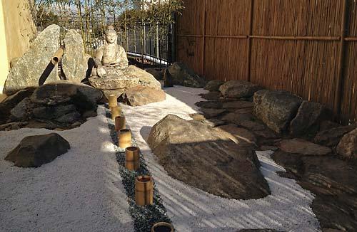 Il giardino zen per la meditazione nell ashram di anima for Pietre per giardino zen