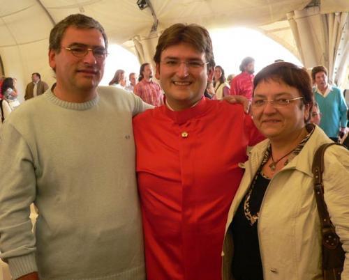 Ramia Roberto Conte nel giorno della sua Consacrazione sacerdotale, con i suoi genitori – Leini 23 settembre 2007