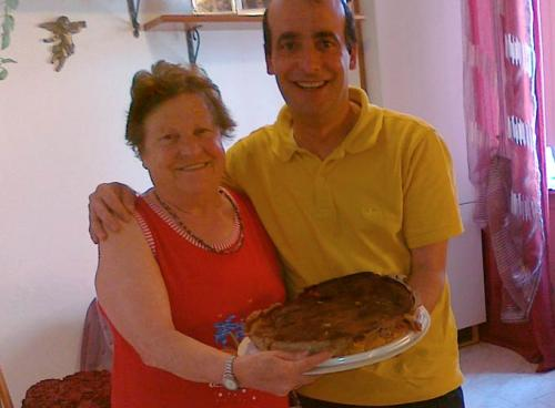 Anche quest'anno mia mamma Giovanna ha voluto fare con le sue mani la pastiera per i miei confratelli. Mmmm che dolce.... dono! —Ramia Osvaldo Ristuccia, 12 maggio 2011