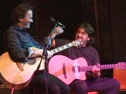 """ramia Paolo Conti, compositore e autore, invitato da Dodi Battaglia per suonare insieme alla manifestazione """"Senza Etichetta"""" - Ciriè (TO), 20/5/2005"""